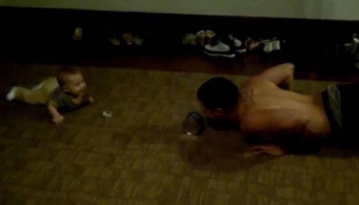 Μωρό 6 μηνών κάνει πους-απς! (βίντεο)