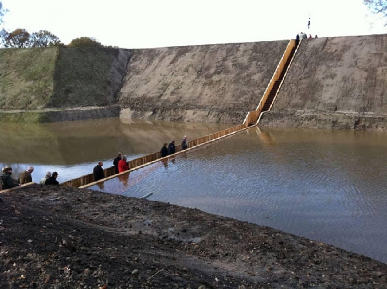 Η πρώτη γέφυρα που βρίσκεται στο ίδιο επίπεδο με τη Γη! (pics)