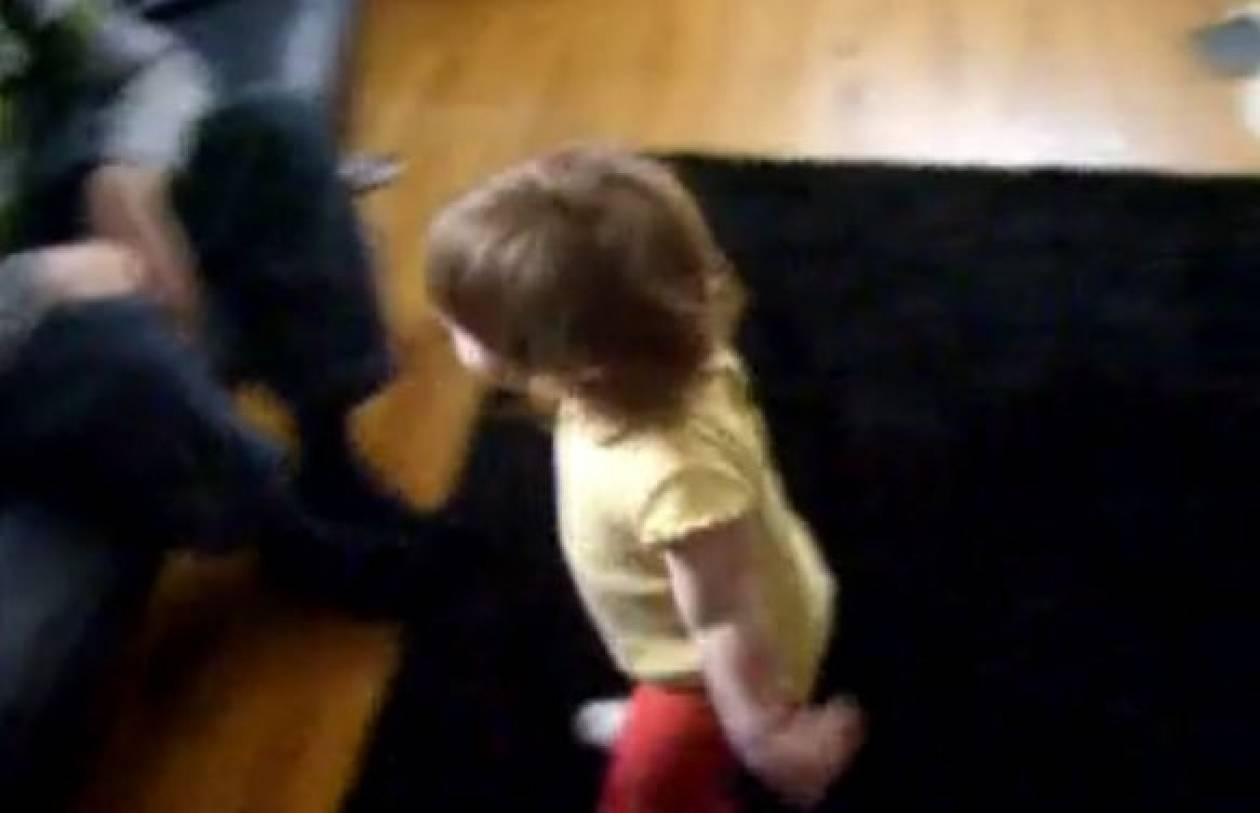 Βίντεο: Είναι 15 μηνών και βάζει τον μπαμπά της στη θέση του!