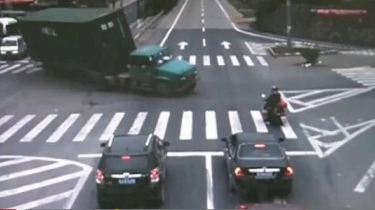Βίντεο: Σώθηκε για... ένα εκατοστό!