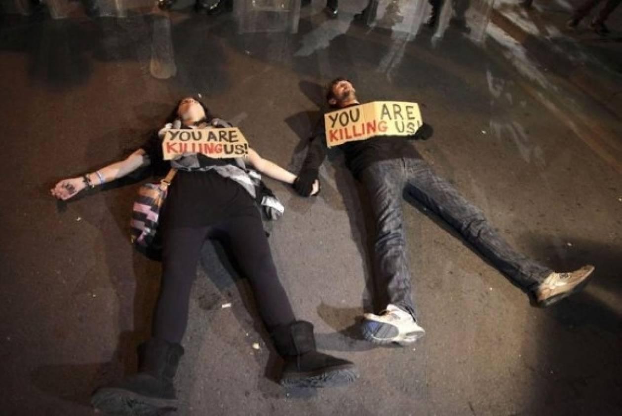 Η φωτογραφία των Κύπριων διαδηλωτών που κάνει τον γύρο του κόσμου
