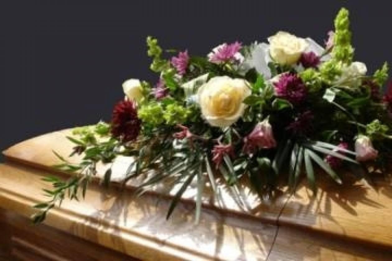 Αχαϊα: Χαμός σε κηδεία - Η ακριβή γραβάτα του μακαρίτη έκανε φτέρα