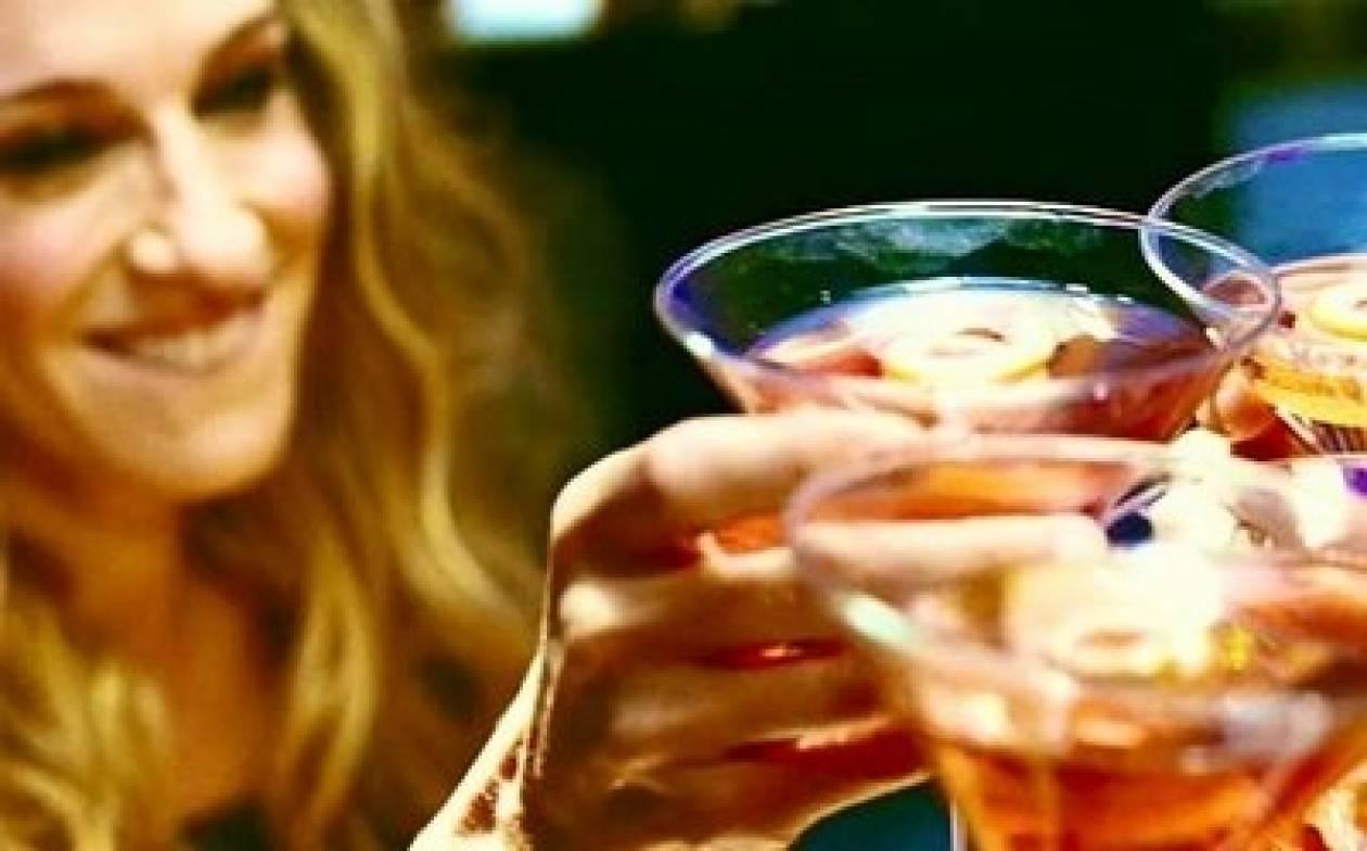 Cosmopolitan: Φτιάξτε μόνες σας το αγαπημένο ποτό της Carrie Bradshaw