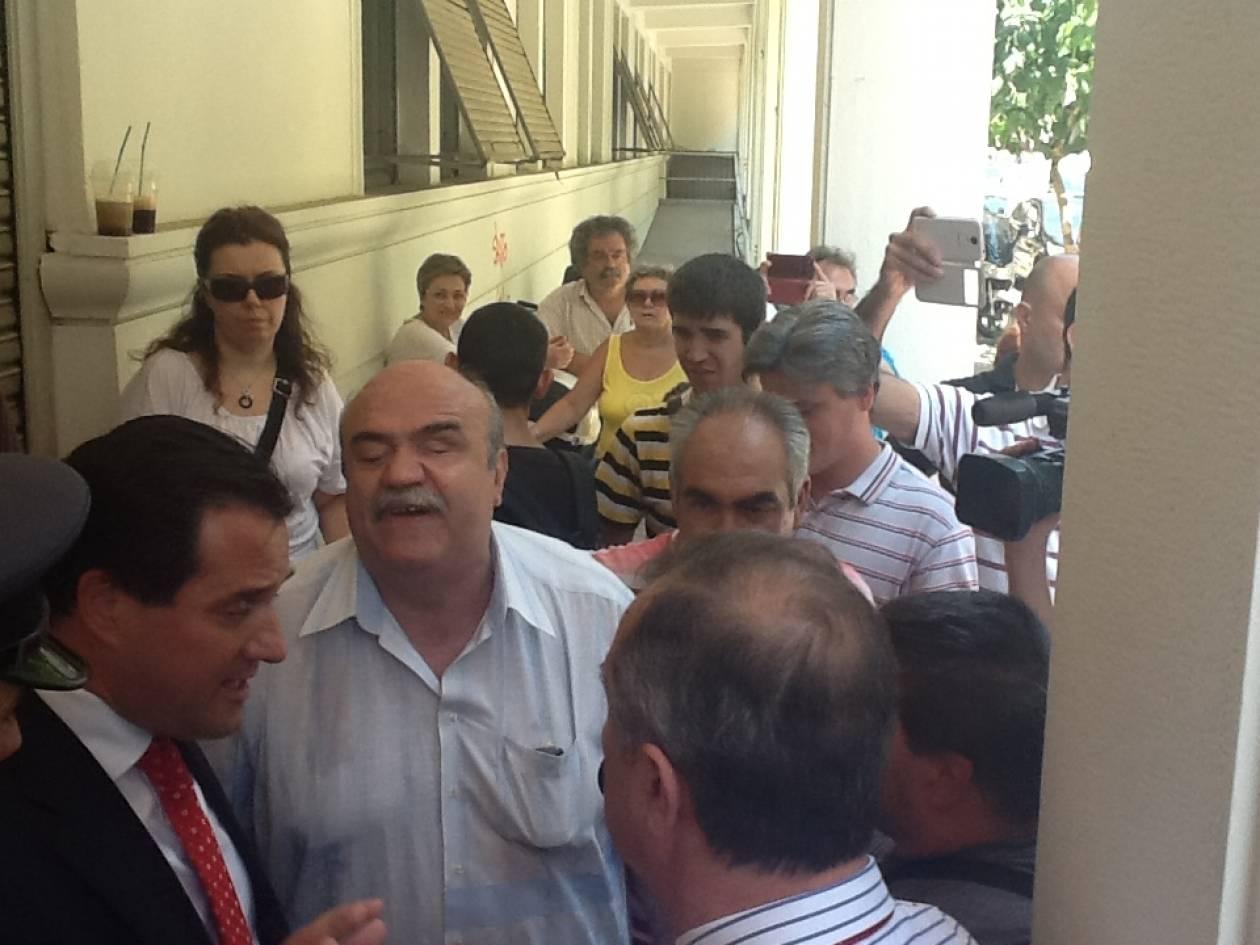 ΤΩΡΑ: Ο Άδωνις Γεωργιάδης συνάντησε τα ΑΜΕΑ