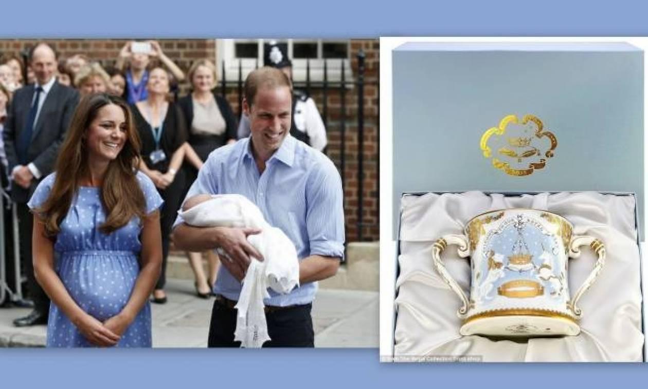 Μία κούπα για καφέ με το βασιλικό μωρό κοστίζει… 225 ευρώ!
