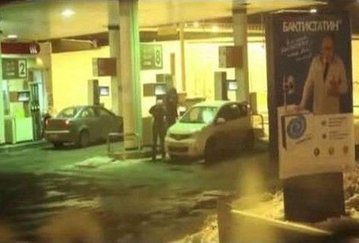 Βίντεο: Τι άλλο θα δούμε; Έπλυνε το αυτοκίνητό της με... βενζίνη!