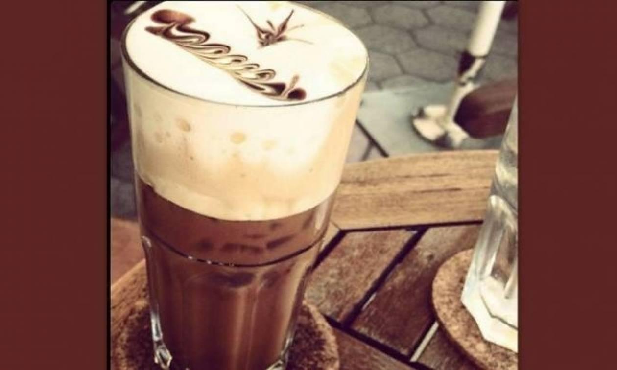 Ποια ηθοποιός απολαμβάνει τον λαχταριστό καφέ της στην Κω;