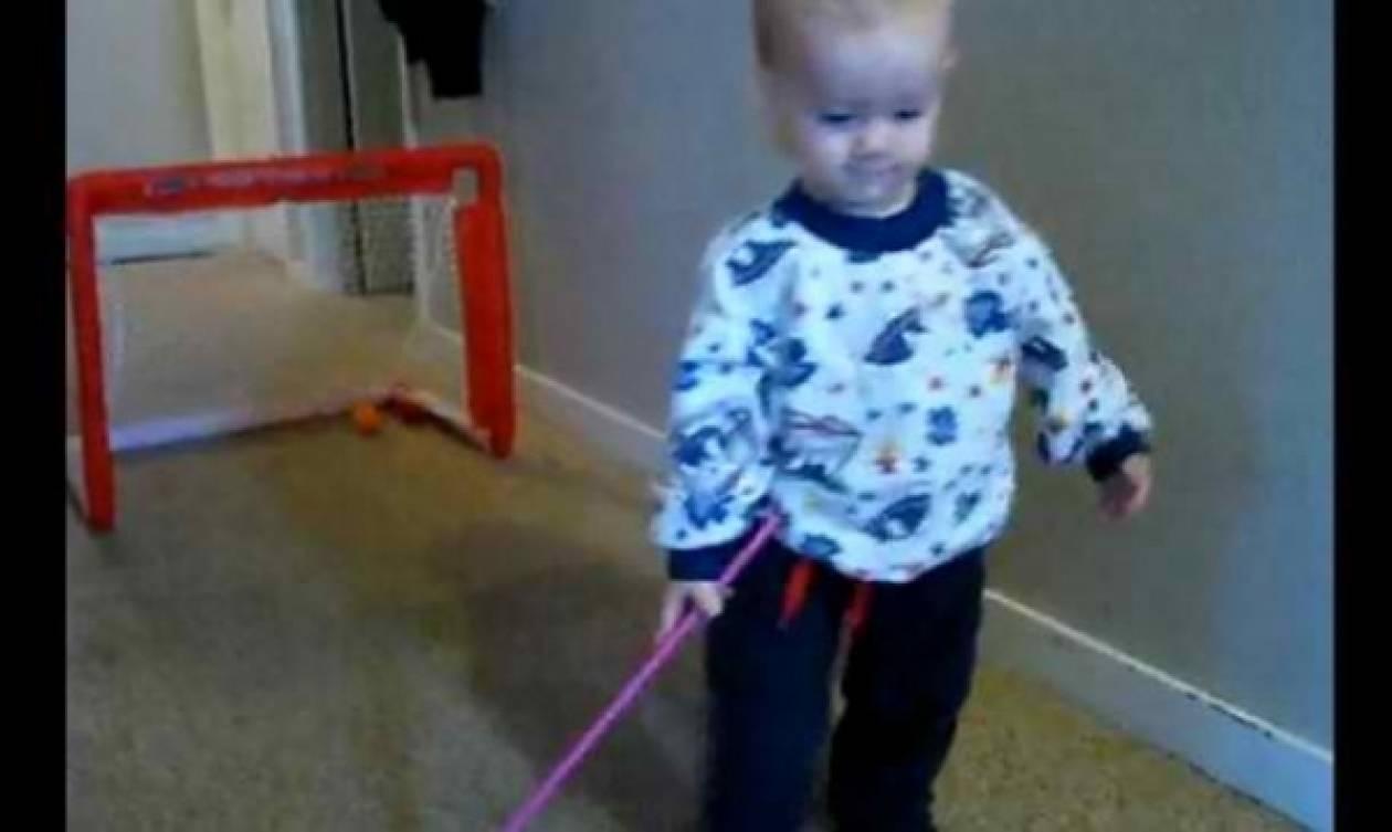 Ένα μικρό ταλεντάκι στο… hockey! (βίντεο)