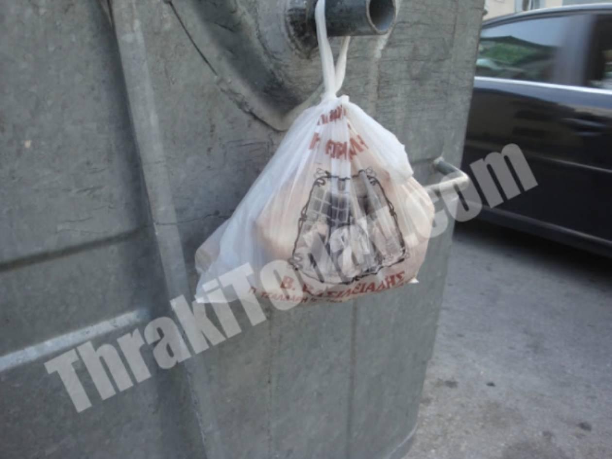 Δένουν σακούλες με τροφή στους κάδους για τους άπορους