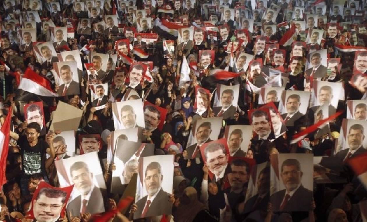 Μεταμεσονύχτια πορεία πραγματοποιούν οι υποστηρικτές του Μόρσι
