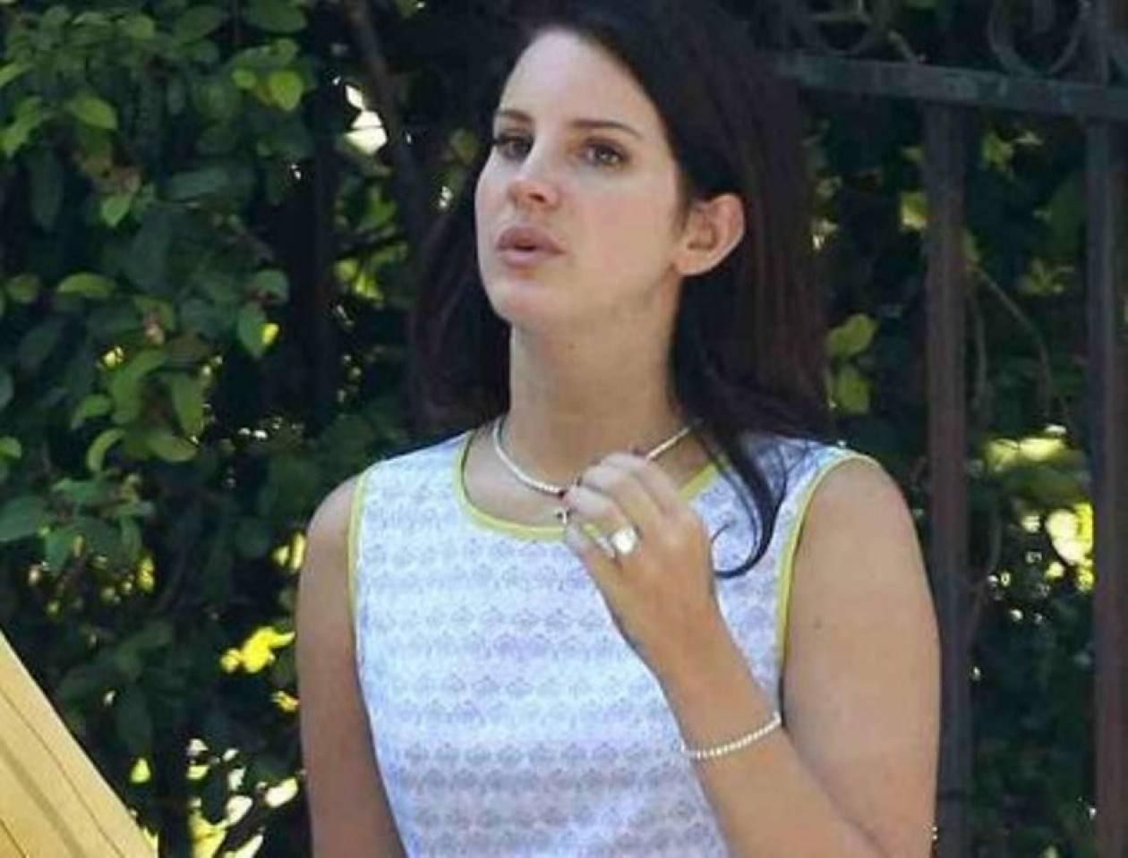 Μονόπετρο για τη Lana Del Rey! Παντρεύεται;