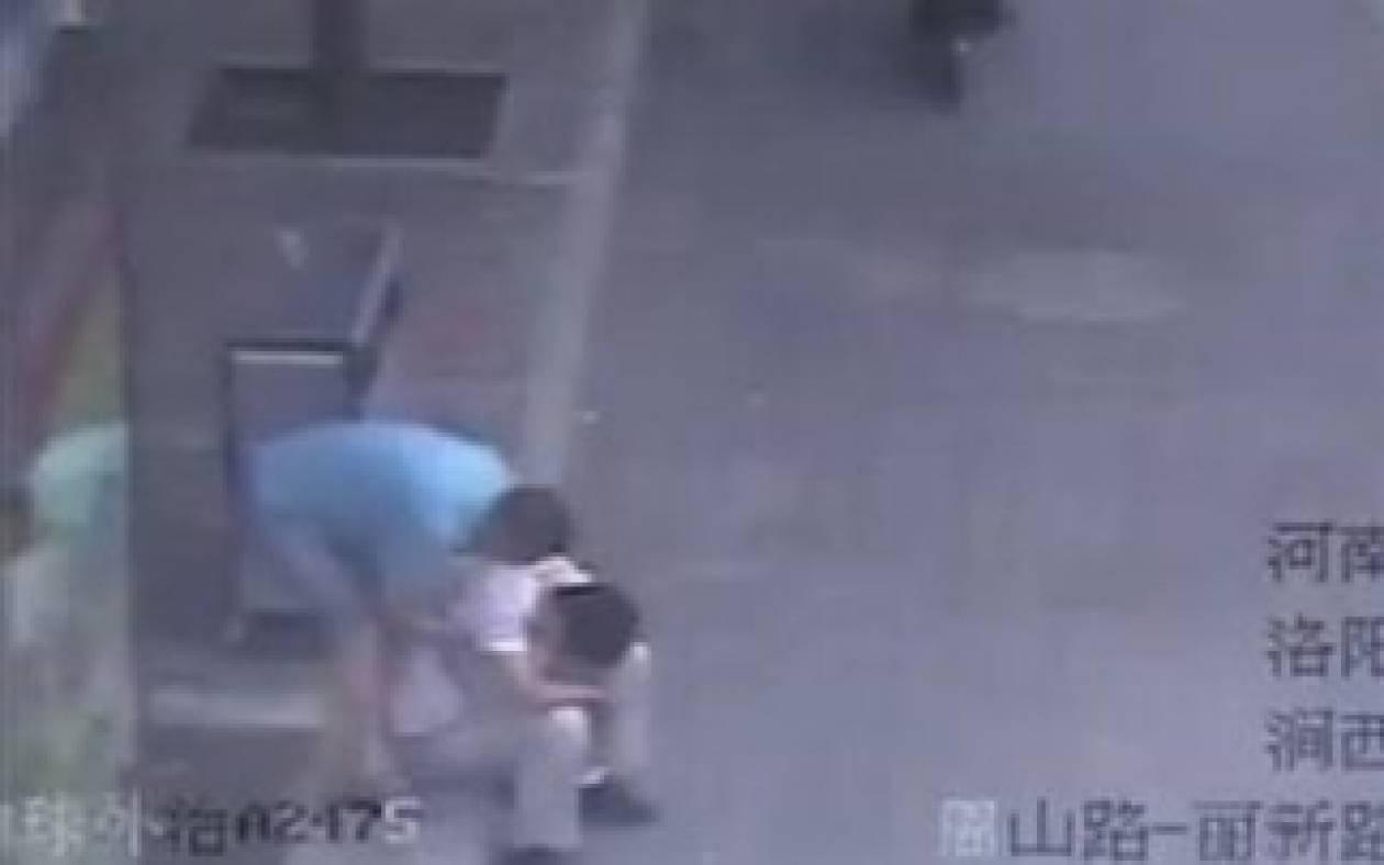 Απάνθρωπο: Έσπευσε δήθεν για βοήθεια και τον λήστεψε! (vid)