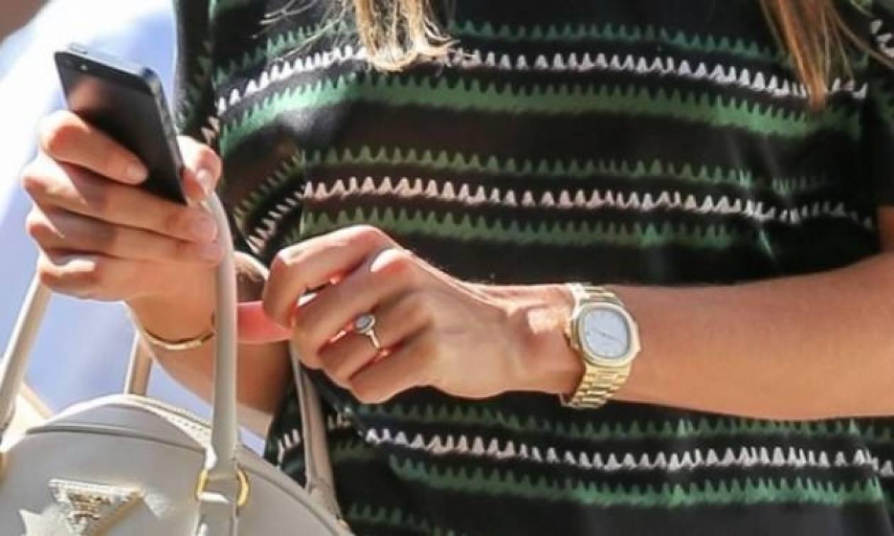 Το μονόπετρο στο χέρι της, που φούντωσε τις φήμες περί αρραβώνα!