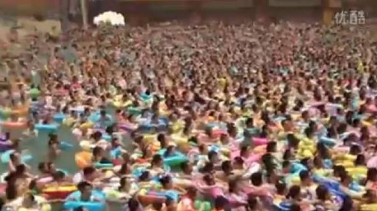 Βίντεο: Δείτε τι γίνεται σε μια... απλή πισίνα στην Κίνα