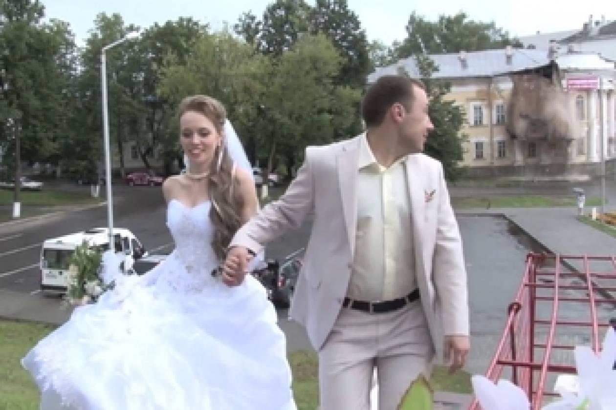 Βίντεο: Οι νιόπαντροι έπαθαν την πλάκα της ζωής τους όταν ξαφνικά...