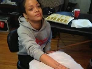 Δείτε τη Rihanna να κάνει παραδοσιακό μαορί τατουάζ στη Ν. Ζηλανδία!