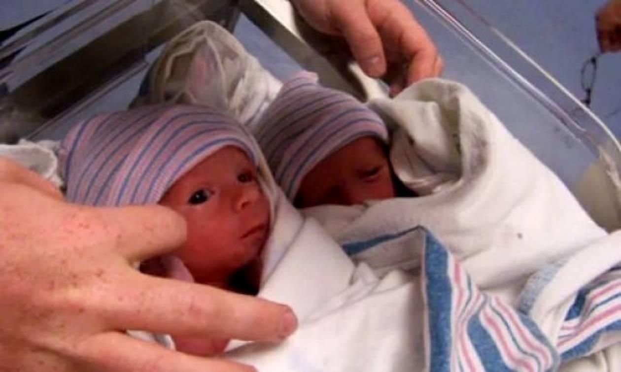 Δείτε δίδυμα γεννημένα μόλις 15 λεπτά πριν! (βίντεο)