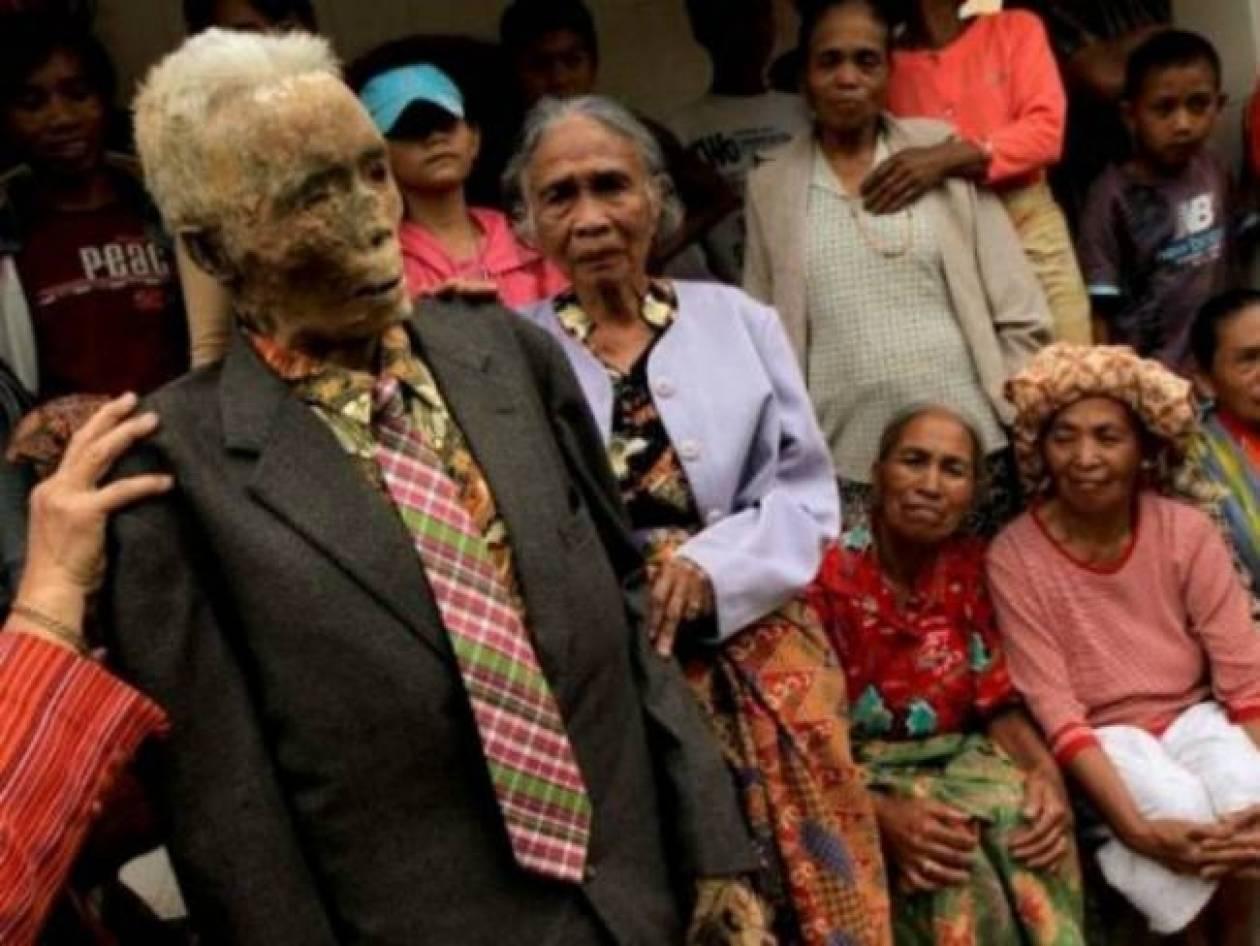 ΕΙΚΟΝΕΣ ΠΟΥ ΣΟΚΑΡΟΥΝ: Κάθε 3 χρόνια ζωντανεύουν τους νεκρούς τους