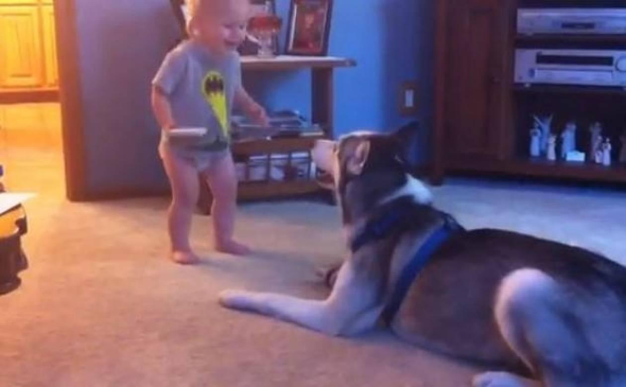 Δείτε τον μικρό Garrett να πιάνει κουβέντα με… σκύλο (βίντεο)!