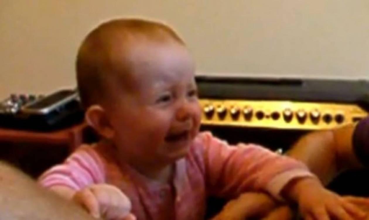 Όταν ο μπαμπάς λέει «όχι» στις αγκαλιές (βίντεο)