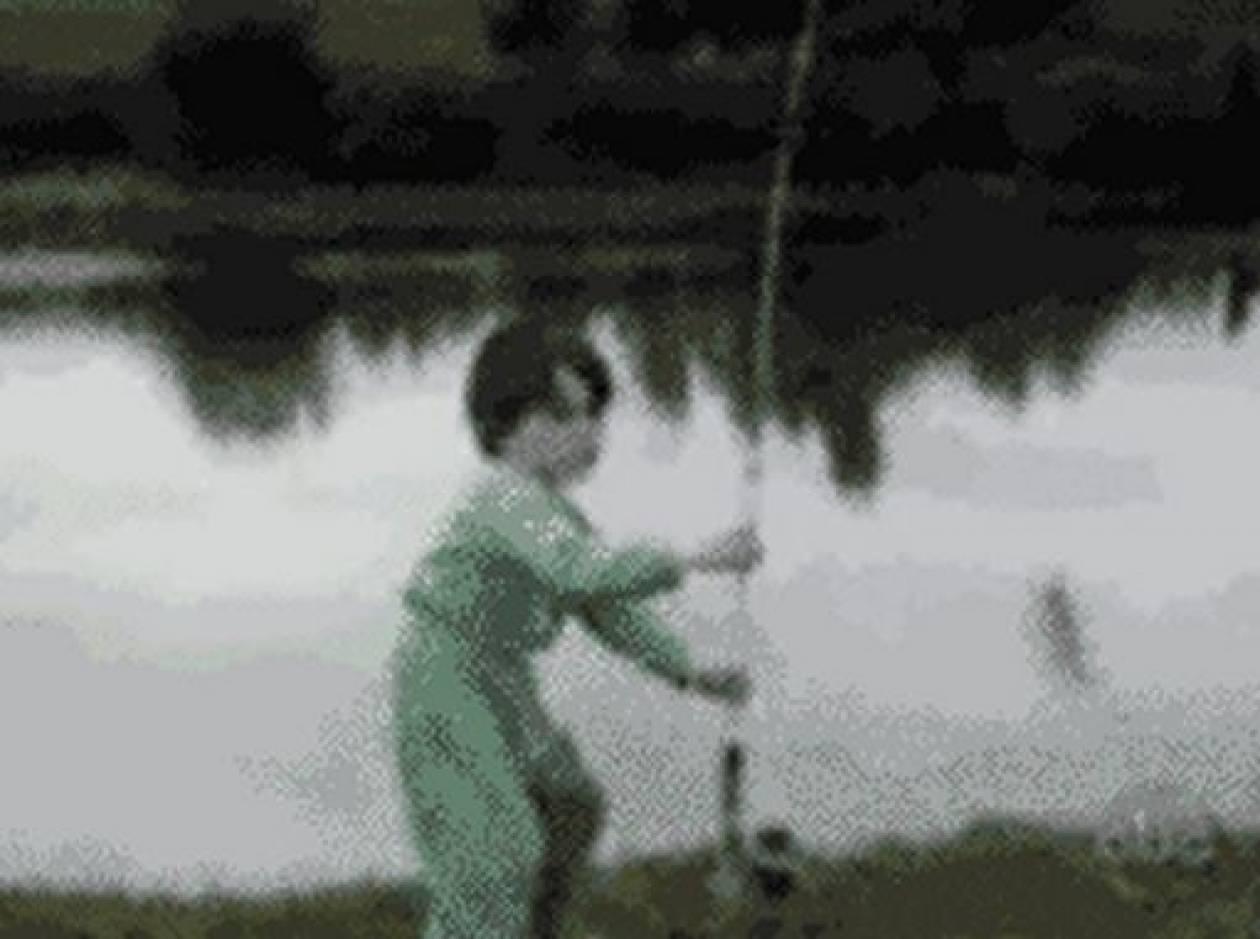 Ψάρι κυνηγάει παιδάκι (vid)