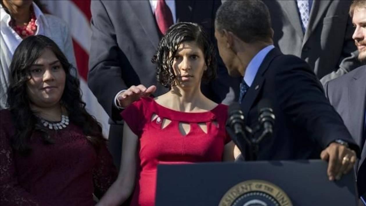 Δείτε τον Ομπάμα να σώζει γυναίκα πριν καταρρεύσει!
