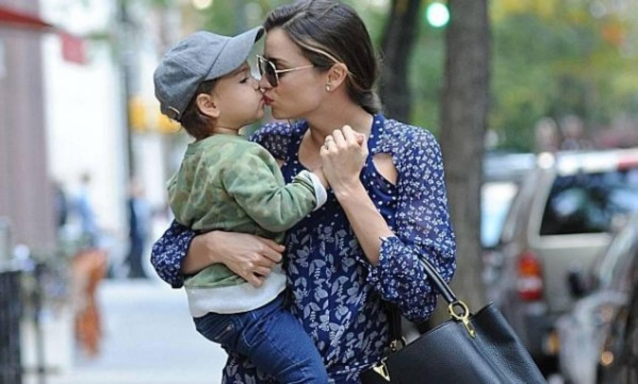 Το τρυφερό φιλί της Μιράντα Κερ στον γιο της!