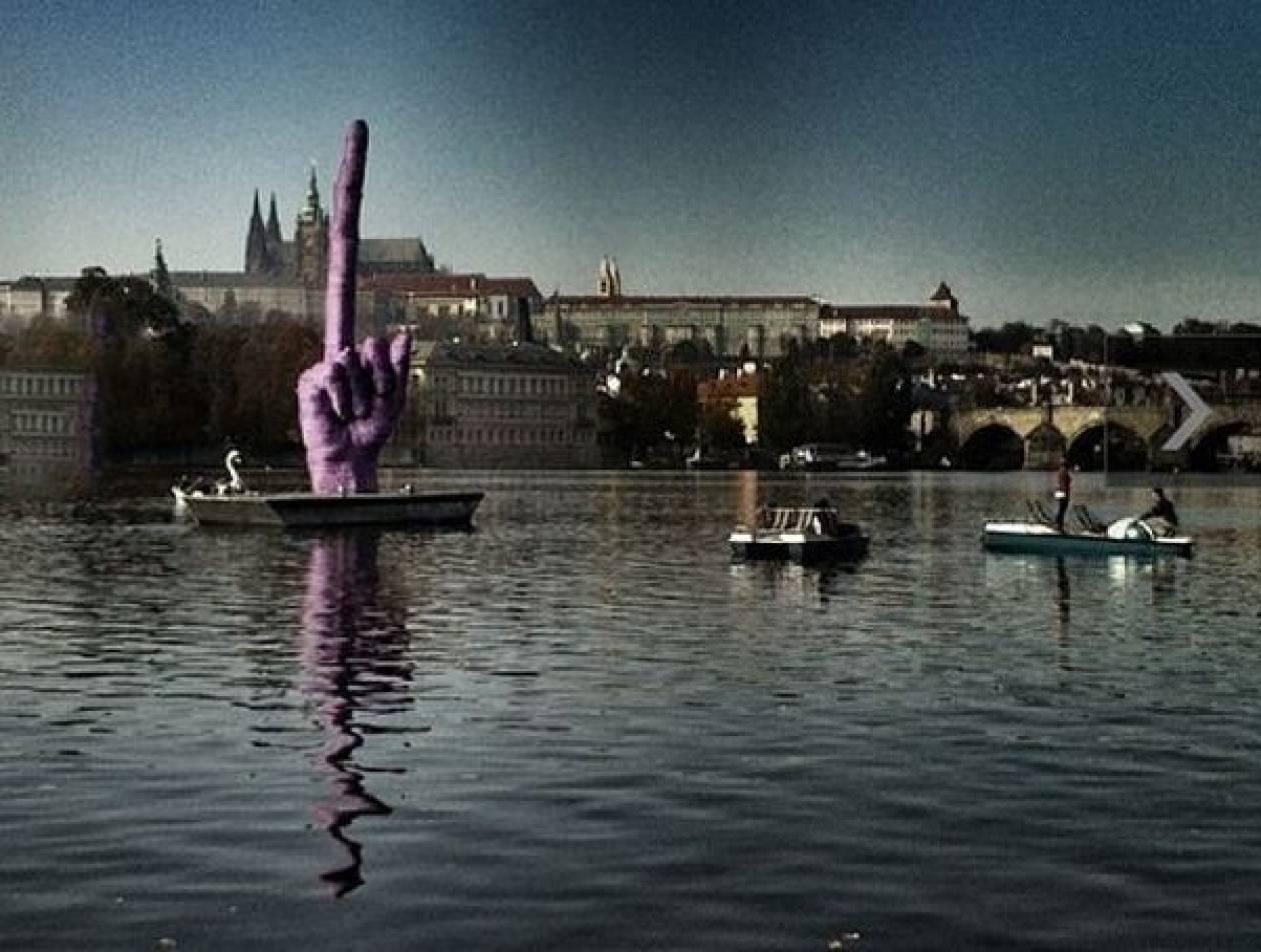 Το μεσαίο δάχτυλο που… «κοσμεί» την Πράγα