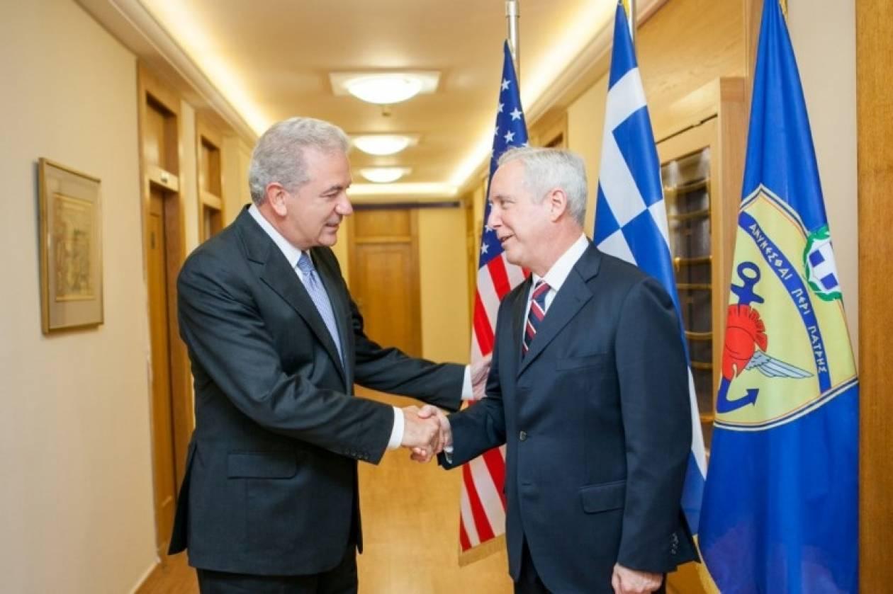 Συνάντηση Αβραμόπουλου με τον νέο πρέσβη των ΗΠΑ