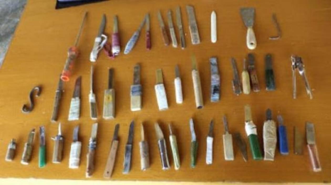 Δεκάδες αυτοσχέδια μαχαίρια ανακάλυψε έφοδος της ΕΛ.ΑΣ. στον Κορυδαλλό