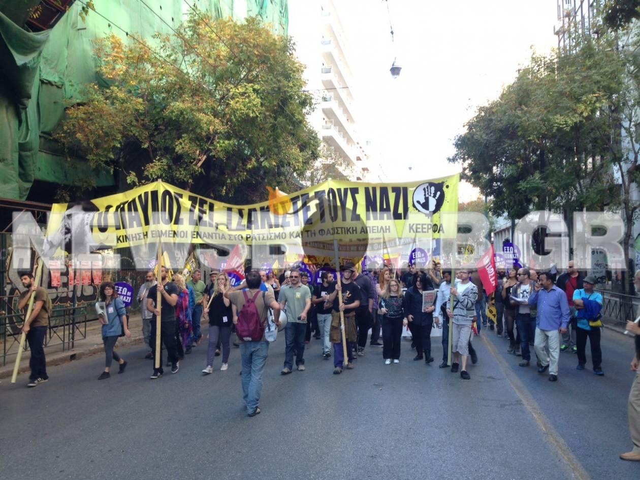 Σε εξέλιξη αντιφασιστική πορεία στο κέντρο της Αθήνας (pics)