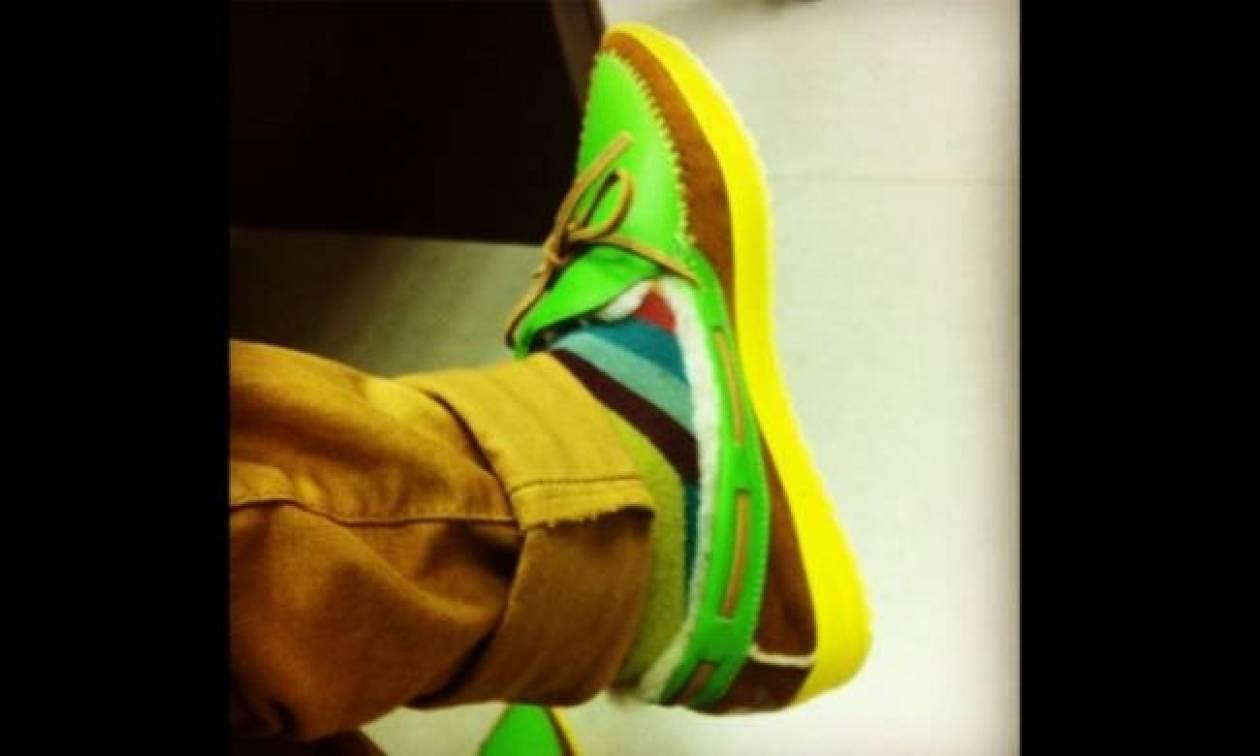 Ποιος παρουσιαστής εμφανίστηκε με αυτά τα παπούτσια σε εκπομπή;