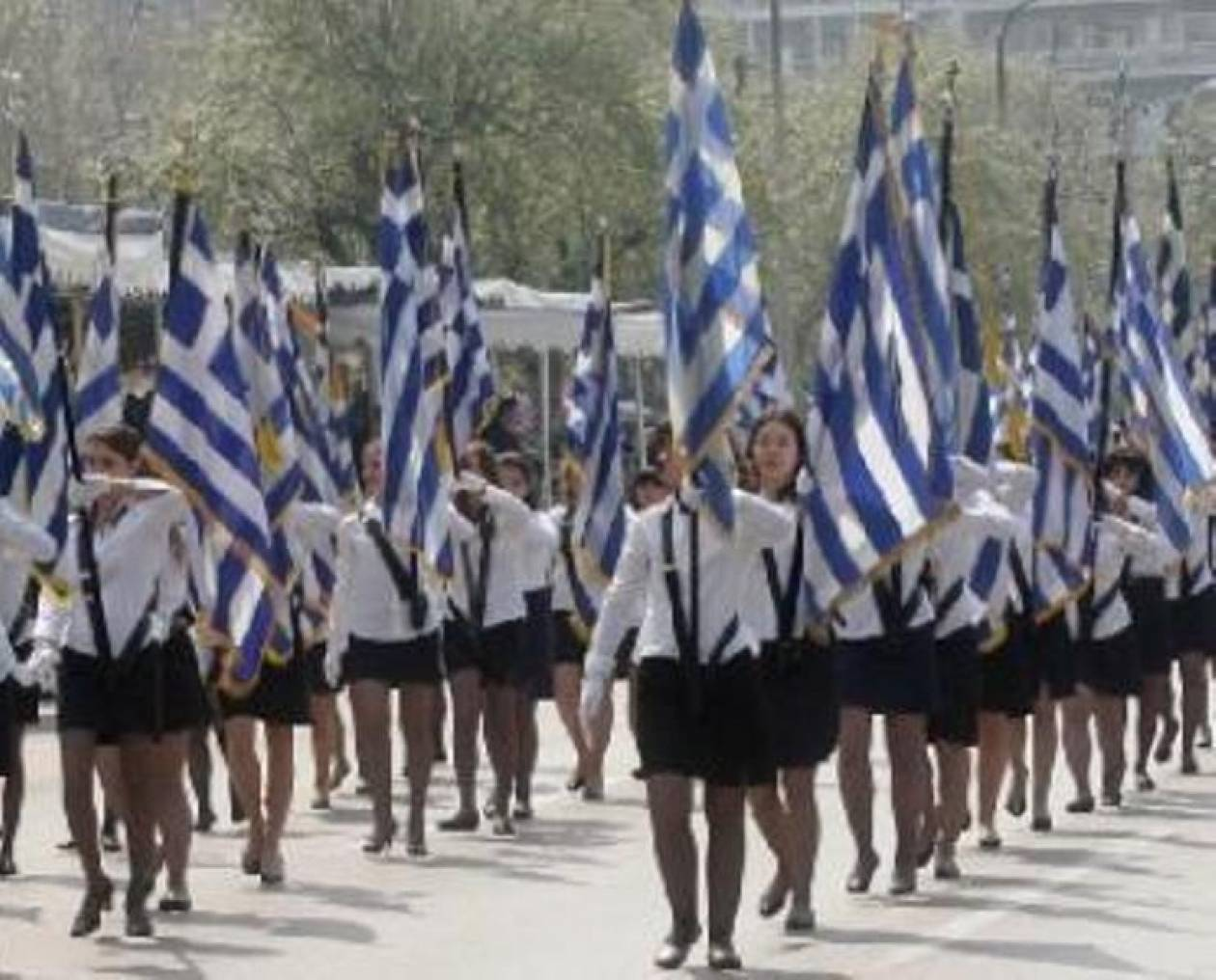 Σε εξέλιξη η μαθητική παρέλαση στη Θεσσαλονίκη (Βίντεο)