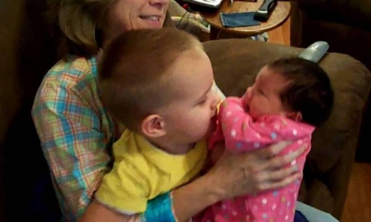 Αγοράκι με αυτισμό συναντάει τη νεογέννητη αδελφή του! (Βίντεο)