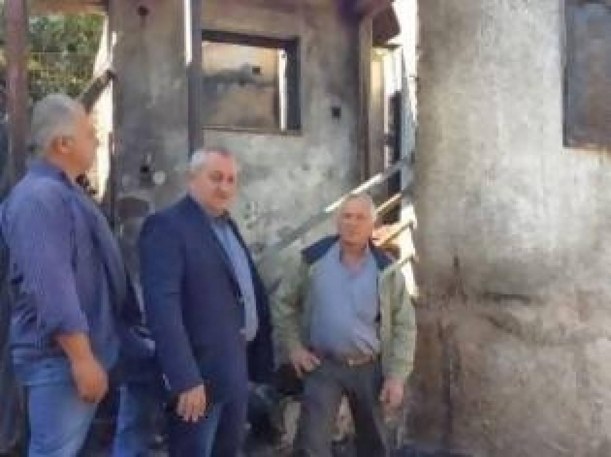 Συγχωριανοί και αντιδήμαρχος φτιάχνουν από την αρχή το καμένο σπίτι