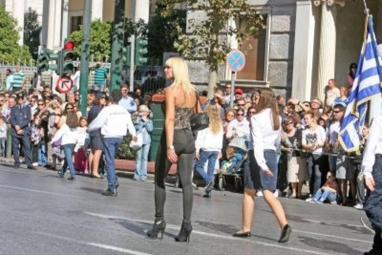 Η ξανθιά δασκάλα που έκλεψε τις εντυπώσεις στην παρέλαση της Αθήνας