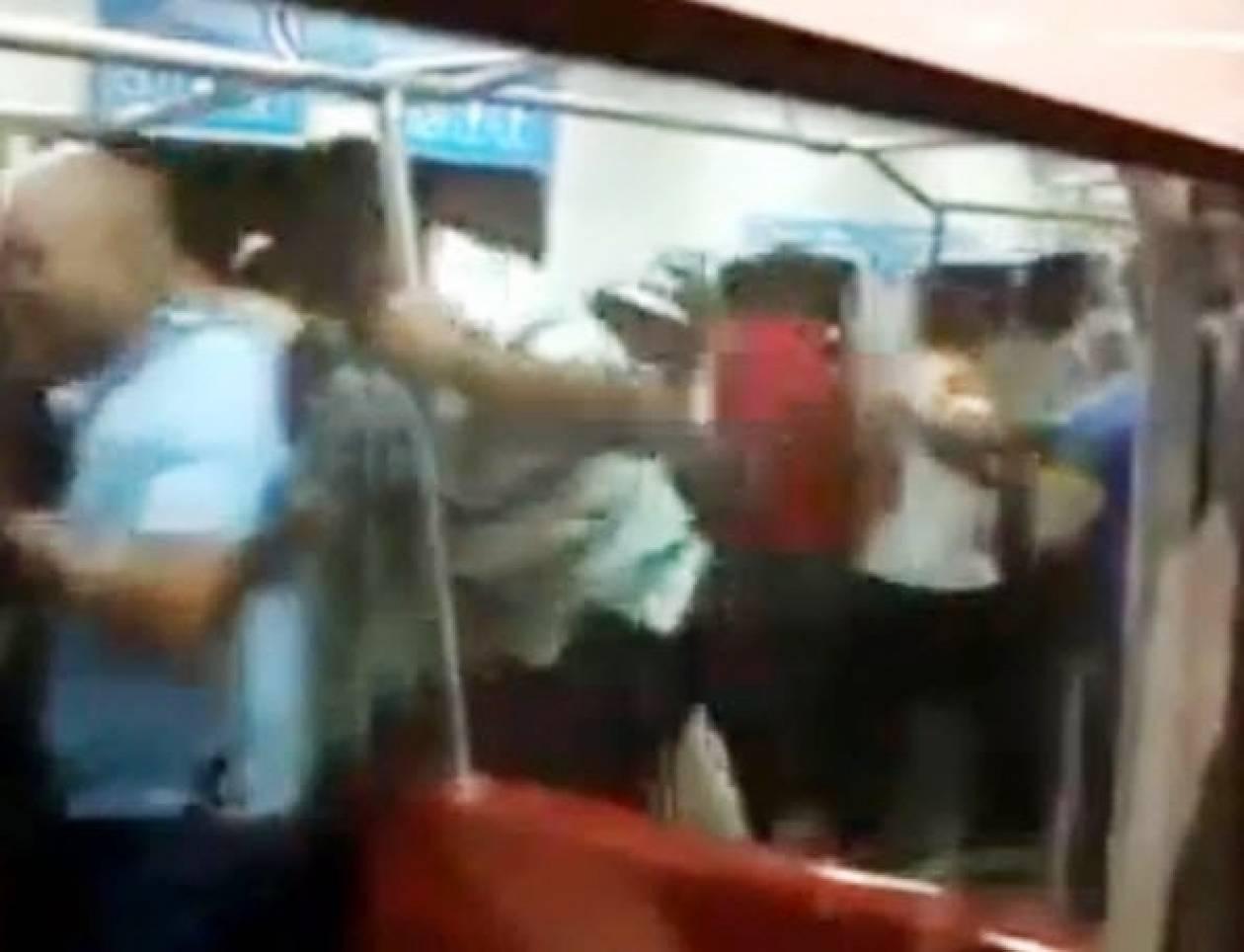 Δείτε μια πραγματική μάχη για μια θέση στο μετρό! (βίντεο)