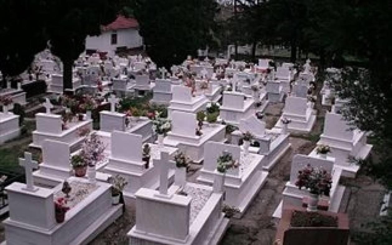 ΤΡΑΓΙΚΟ: Γυναίκα πέθανε πέφτοντας μέσα στον τάφο του συζύγου της
