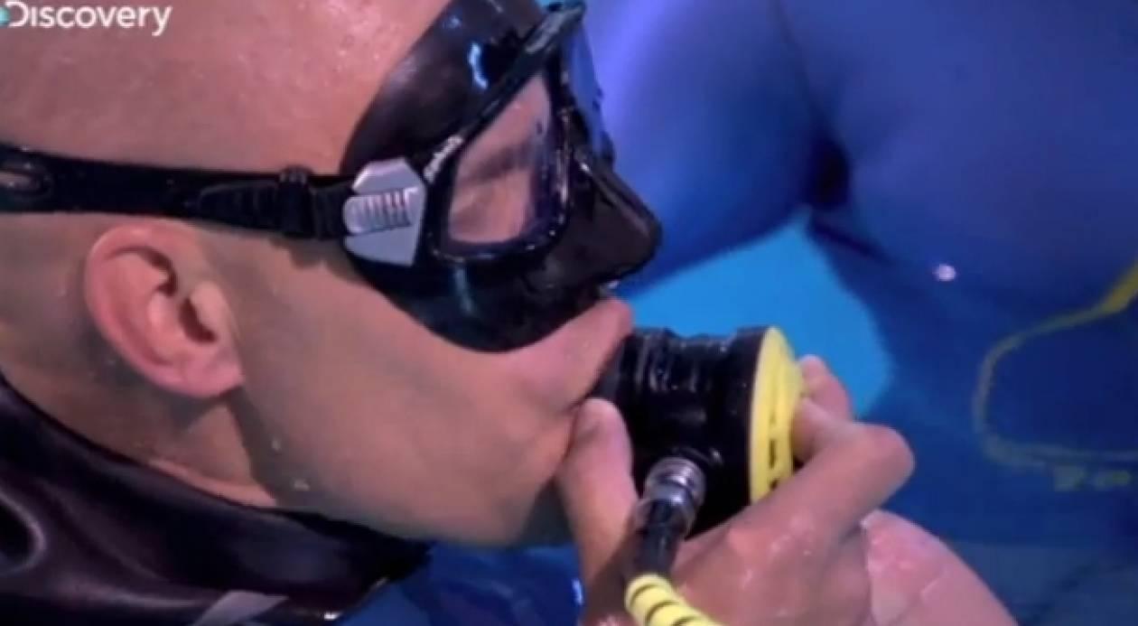 Με μια ανάσα, μένει 22 λεπτά κάτω από το νερό!
