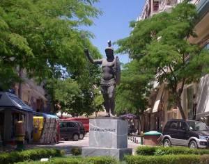 Ντροπή! Βεβήλωσαν το άγαλμα του Επαμεινώνδα στη Θήβα!