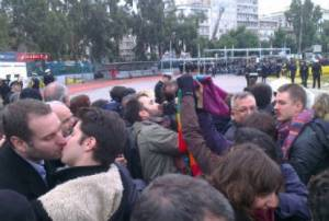 Πειραιάς: Ομοφυλόφιλοι φιλήθηκαν απέναντι από τον Σεραφείμ (pics)