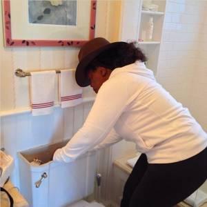 H Όπρα διορθώνει μόνη της το...καζανάκι της τουαλέτας!