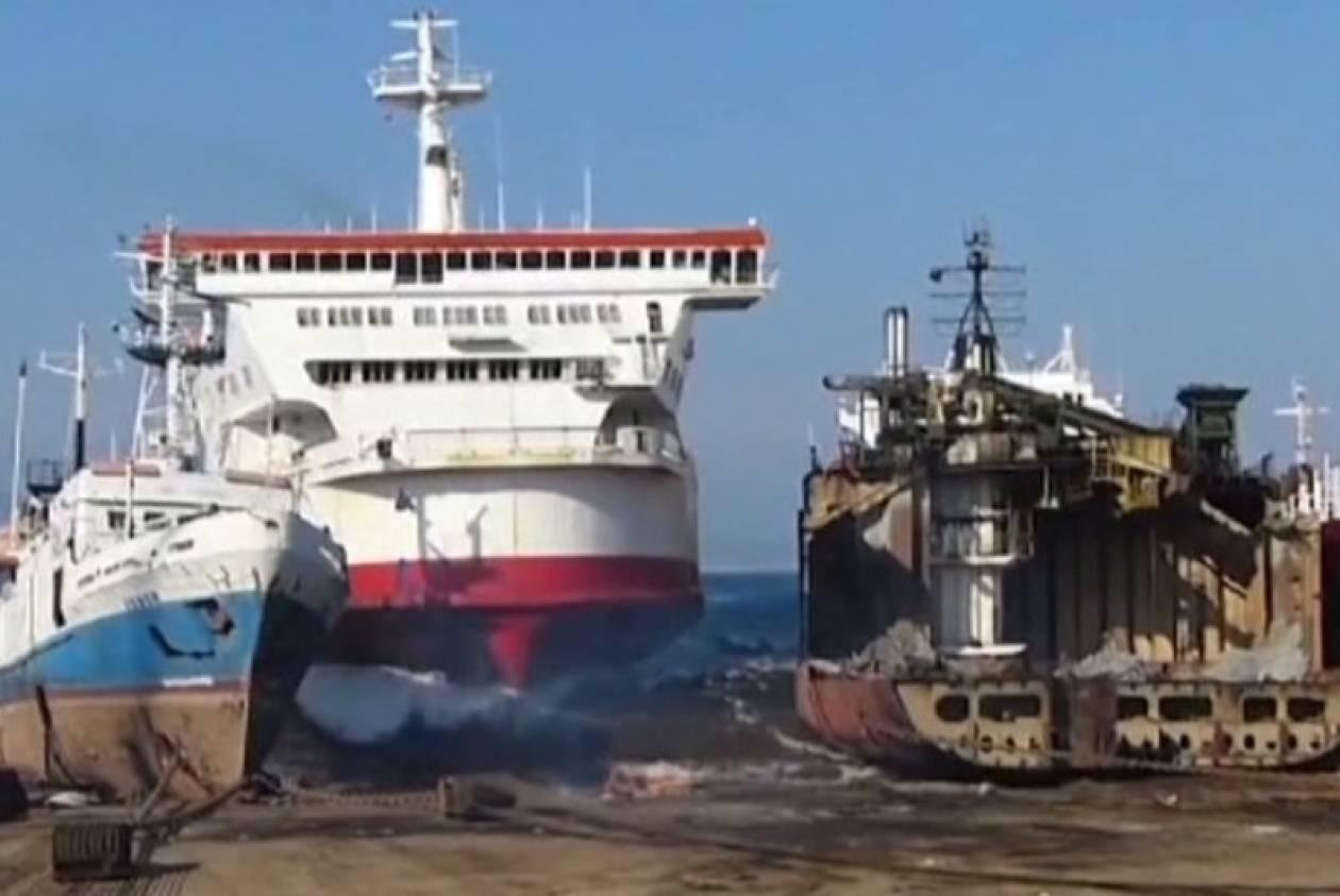 Έριξε το πλοίο στο καρνάγιο και προκάλεσε μίνι τσουνάμι (vid)