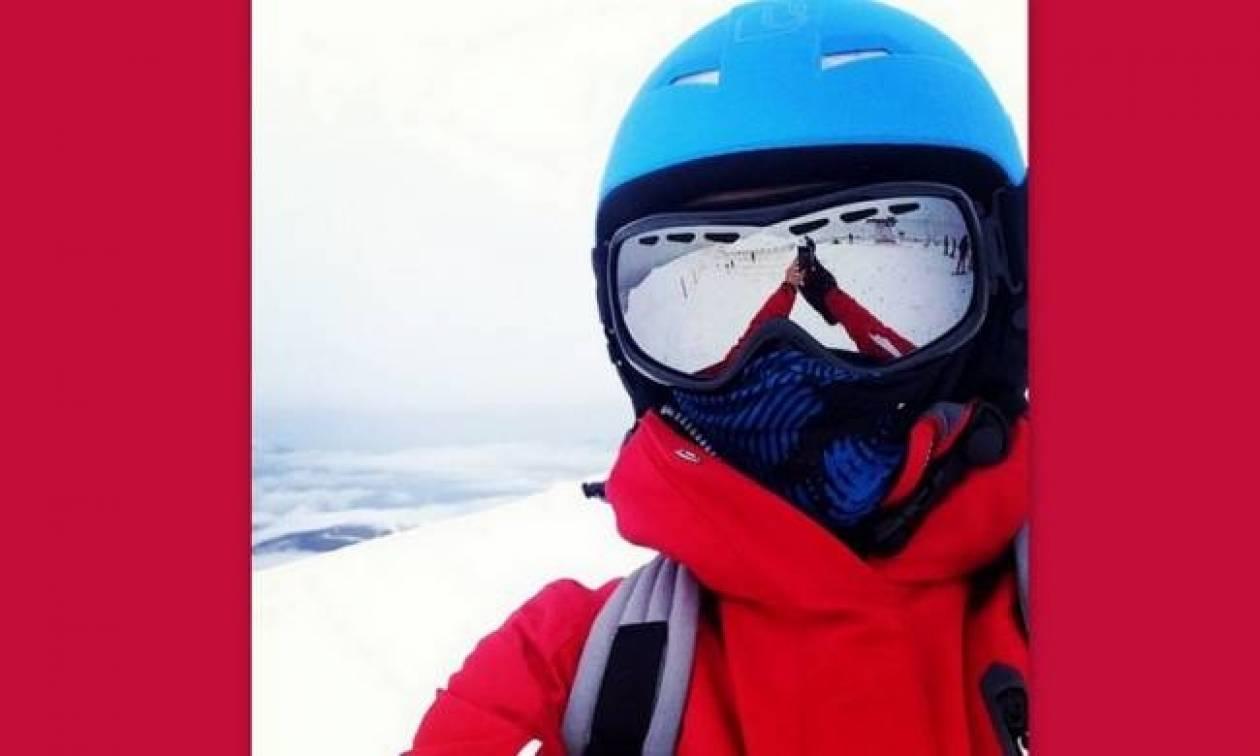 Πασίγνωστη τραγουδίστρια πίσω από το κράνος και τη μάσκα στα χιόνια!