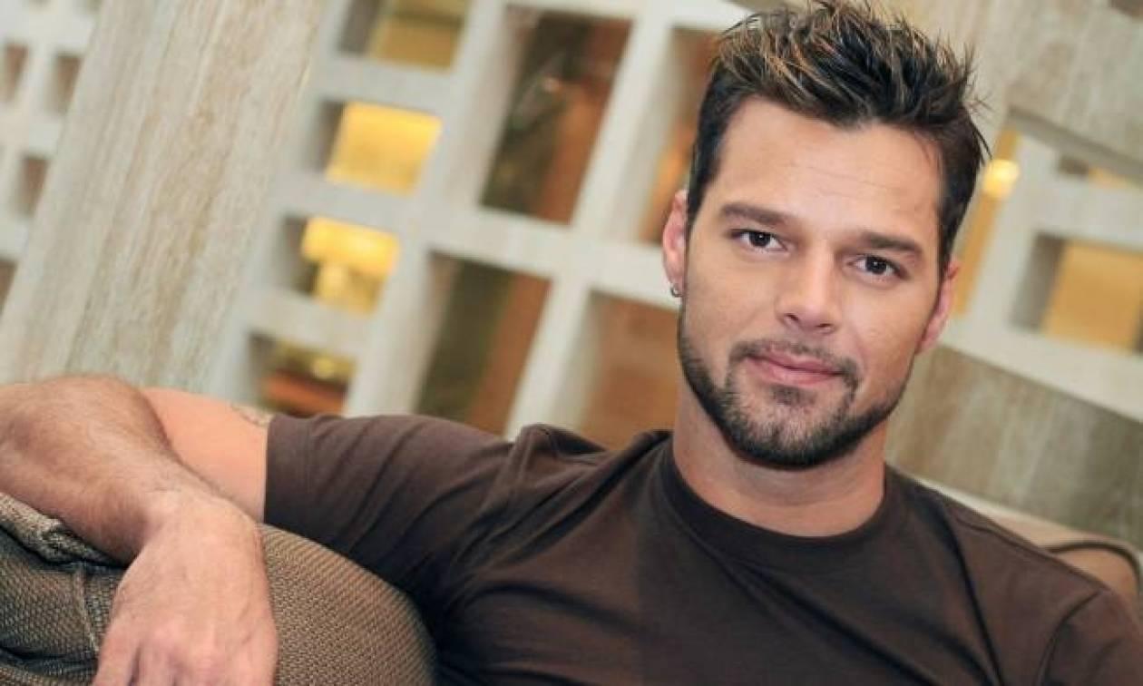 Δείτε τον σέξι Ricky Martin ξαπλωμένο στο κρεβάτι του!