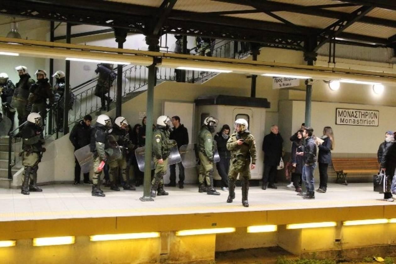 Μάχη σώμα με σώμα αστυνομικών με αντεξουσιαστές στο μετρό