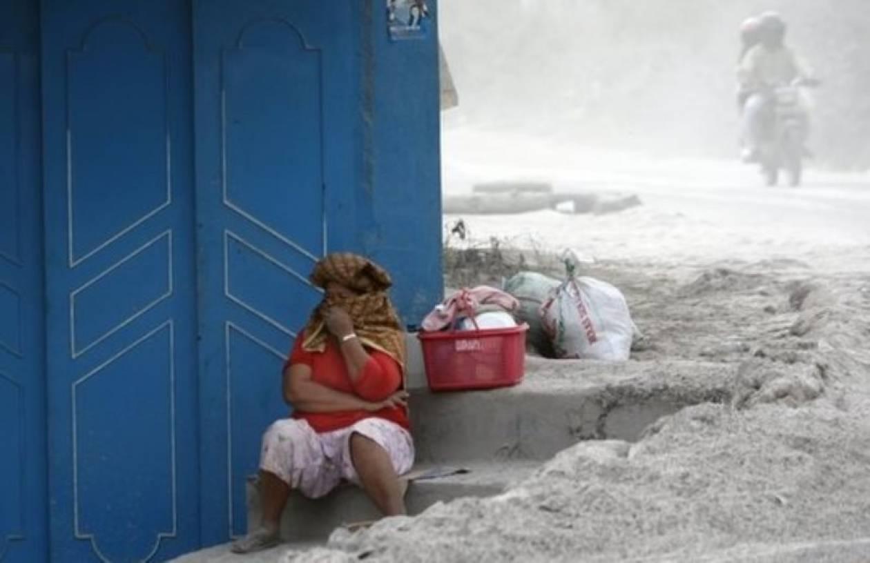 Ξεθάβουν νεκρούς από τη στάχτη στην Ινδονησία (pics)