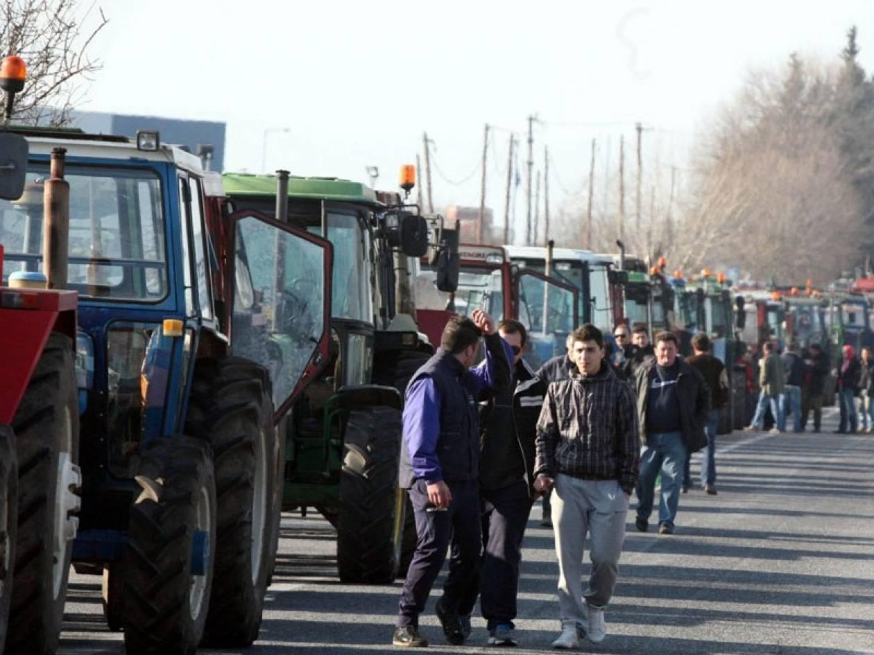 Δεκάδες μπλόκα στους δρόμους στήνουν οι αγρότες