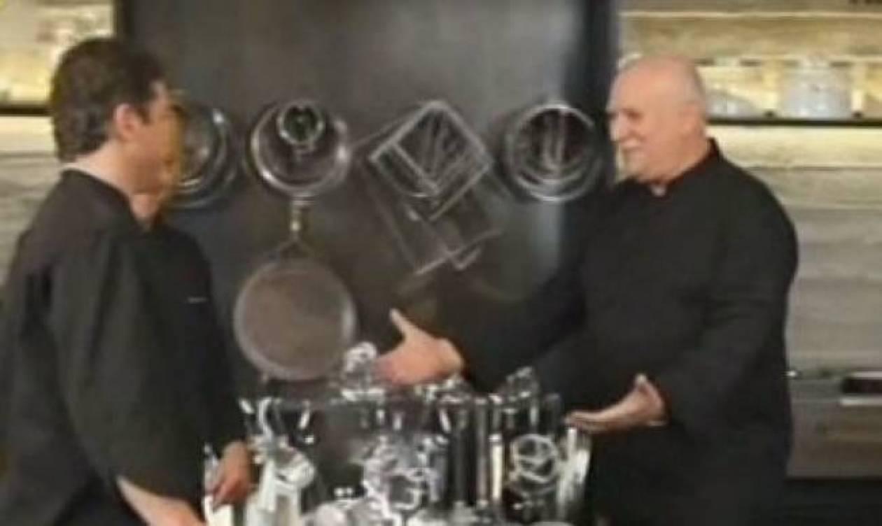 Δείτε τον Γιώργο Παπαδάκη να φτιάχνει… γλυκά!