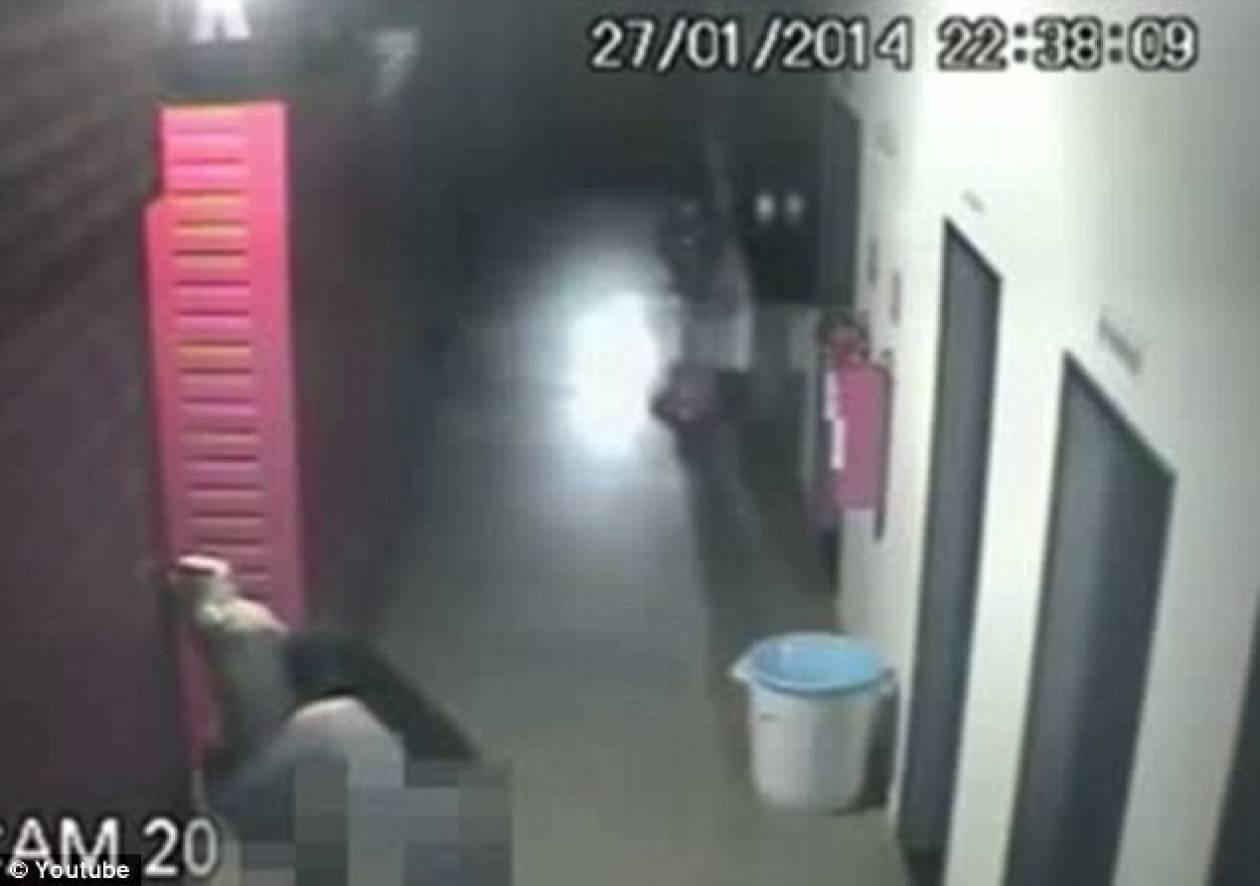 Δεν υπάρχει - Βίντεο: Κλέφτης προσπαθεί να κάνει σεξ με...